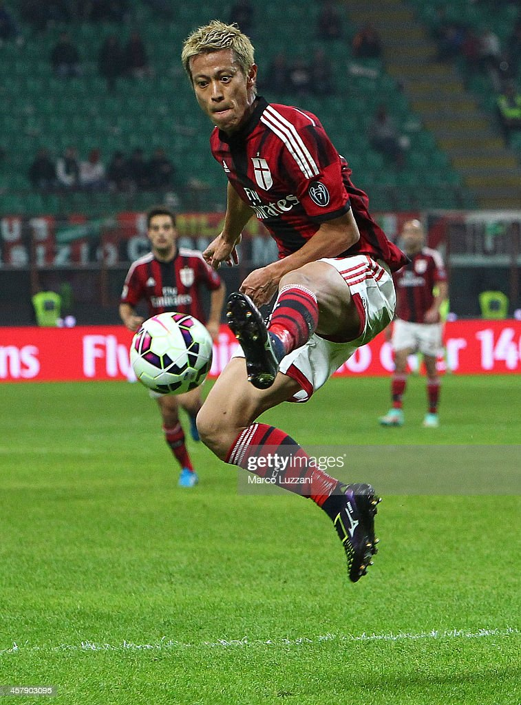 Keisuke Honda of AC Milan controls the ball during the Serie A match between AC Milan and ACF Fiorentina at Stadio Giuseppe Meazza on October 26, 2014 in Milan, Italy.