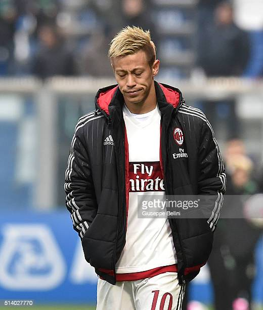 Keisuke Honda of AC Milan leaves the pitch after the Serie A match between US Sassuolo Calcio and AC Milan at Mapei Stadium Città del Tricolore on...