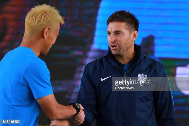 Keisuke Honda of Pachuca shakes hands with Diego Alonso coach of Pachuca during a press conference to unveil Pachuca's new signings at Universidad...