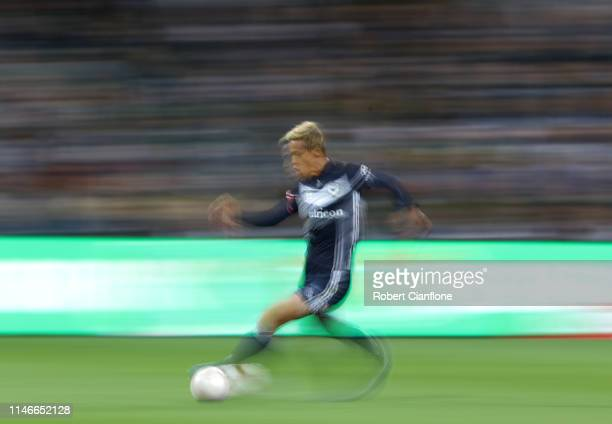 Keisuke Honda of the Victory runs with the ball during the ALeague Elimination Final match between Melbourne Victory and the Wellington Phoenix at...