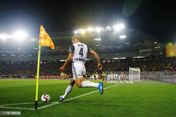 Keisuke Honda of the Victory takes a corner kick during the ALeague match between the Wellington Phoenix and the Melbourne Victory at Eden Park on...