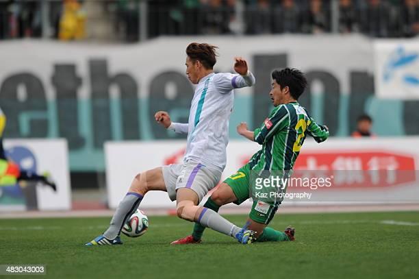 Keisuke Ota of FC Gifu and Lee Kwang Seon of Avispa Fukuoka compete the ball during the J League second division match between FC Gifu and Avispa...