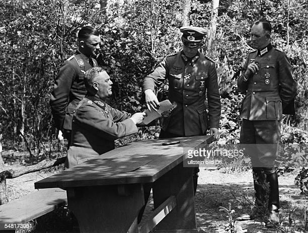 Keitel Wilhelm *22091882 Generaloberst Offizier D beim Frankreichfeldzug im Gelaende eines der Fuehrerhauptquartiere im Gespraech mit dem Chef des...