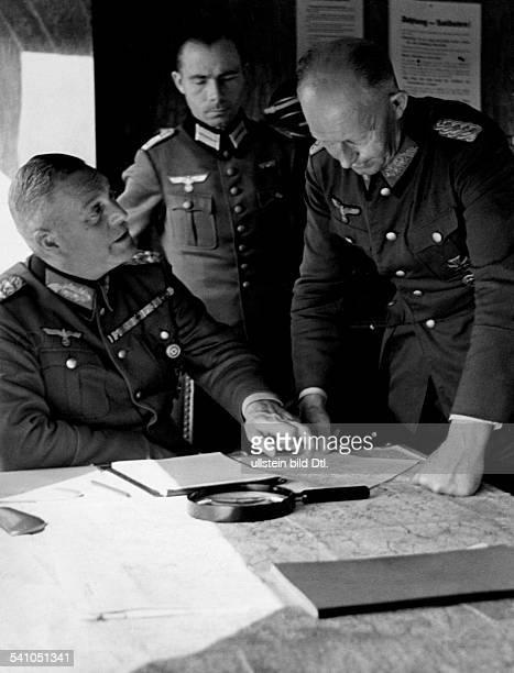 Keitel Wilhelm*22091882Generaloberst Offizier D beim Polenfeldzug im 'rollenden Fuehrerhauptquartier' im Gespraech mit dem Chef des...