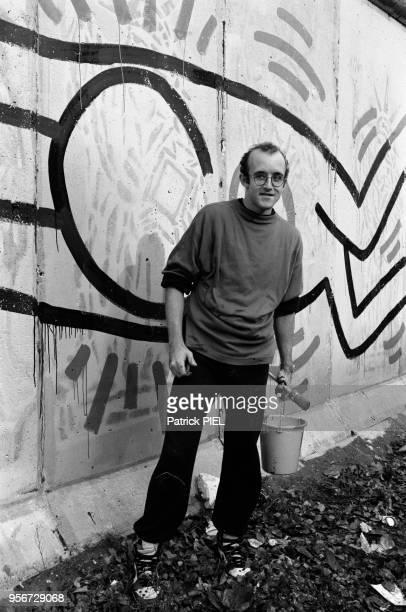Keith Haring décore une partie du mur de berlin près de Checkpoint Charlie en octobre 1986 Allemagne