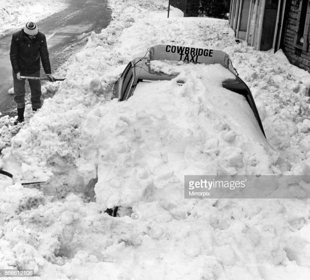 Keith Painter from Cowbridge Employee of Vale of Glamorgan Borough Council helps to dig a Cowbridge Taxi out of the snow Cowbridge Vale of Glamorgan...