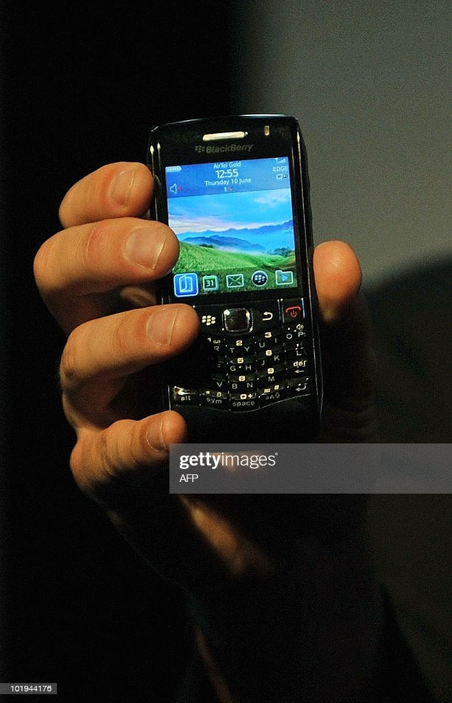 Keith Pardy, Chief marketing Officer of Reserach In Motion (RIM), holds a new Blackberry Pearl 3G during its launch in Mumbai on June 10, 2010. The new Blackberry Pearl 3G smartphone will be available in two models which are 'Pearl 9100' and 'Pearl 9105'. AFP PHOTO/Punit PARANJPE
