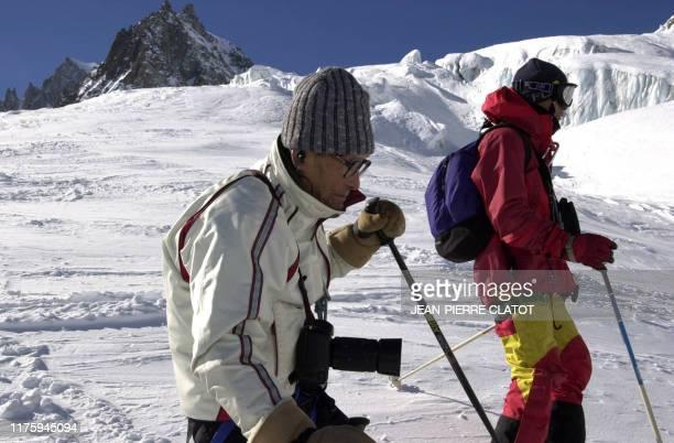 Keizo Miura , un Japonais de 99 ans, effectue, le 19 février 2003 la descente de la mer de glace dans le Massif du Mont-blanc, près de Chamonix, aidé...