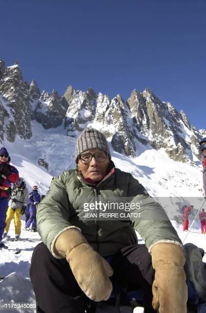 Keizo Miura , un Japonais de 99 ans, se repose devant les Aiguilles des grands Charmoz, le 19 février 2003, lors de sa descente à ski de l'arrête de...