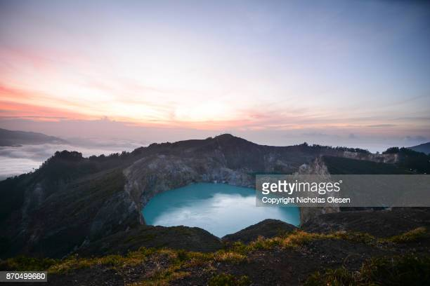kelimutu crater sunrise - cratere vulcano foto e immagini stock