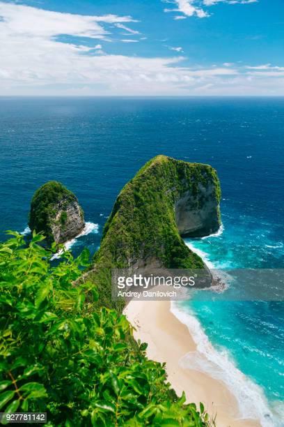 kelingking strand, nusa penida - bali stock-fotos und bilder