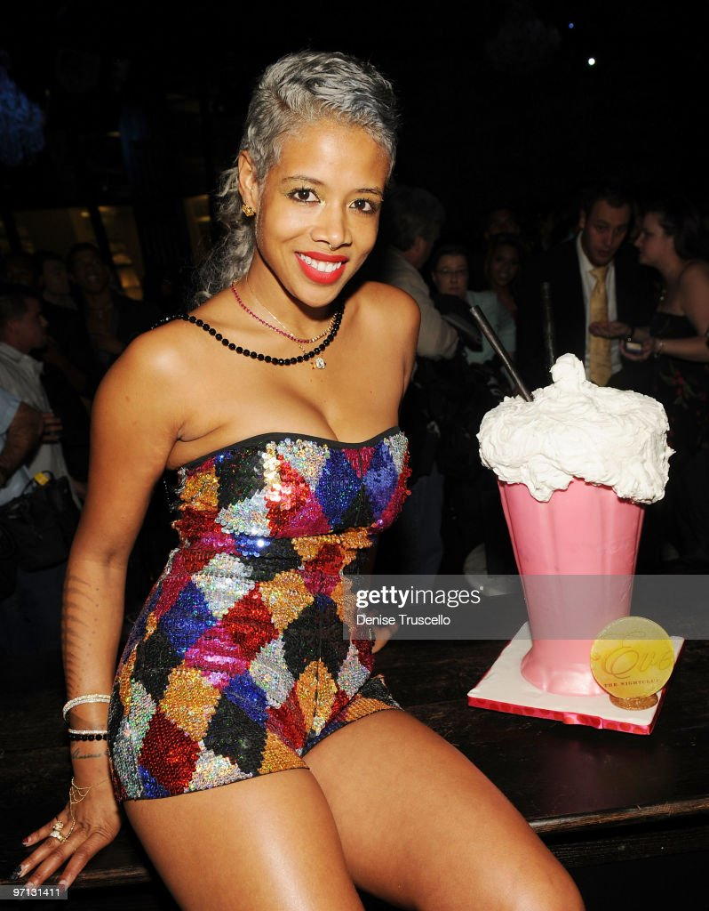 "Kelis Performs Her New Single ""Acapella"" At Eve Nightclub"