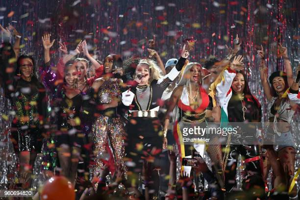 Kelly Clarkson Sandra Denton and Cheryl James of SaltNPepa perfrom onstage during the 2018 Billboard Music Awards at MGM Grand Garden Arena on May 20...