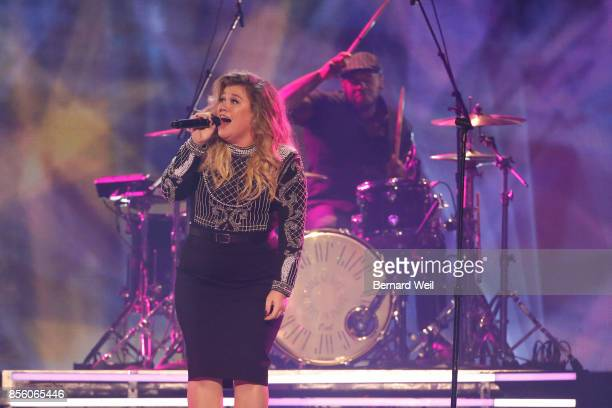 Kelly Clarkson sings during the Invictus Games Closing Ceremony. September 30, 2017.