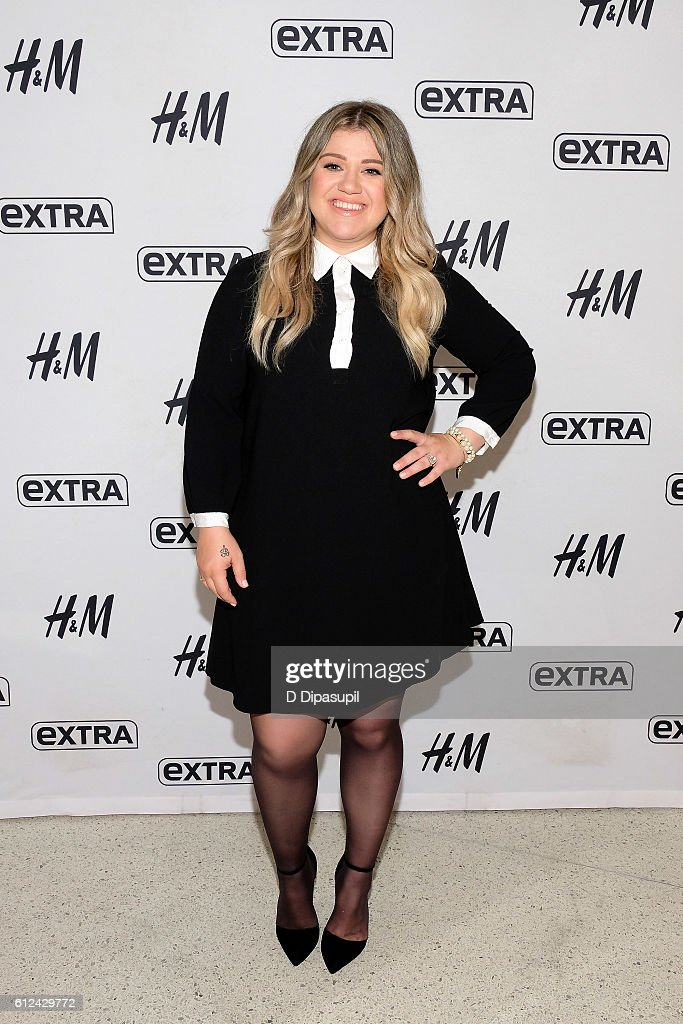 "Kelly Clarkson Visits ""Extra"""