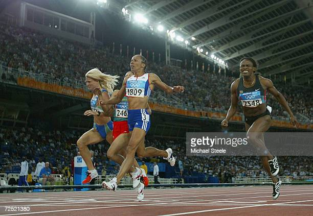 Kelly Holmes of Great Britain runs past Maria de Lurdes Mutola of Mozambique in the women's 800 metre final on August 23 2004 during the Athens 2004...