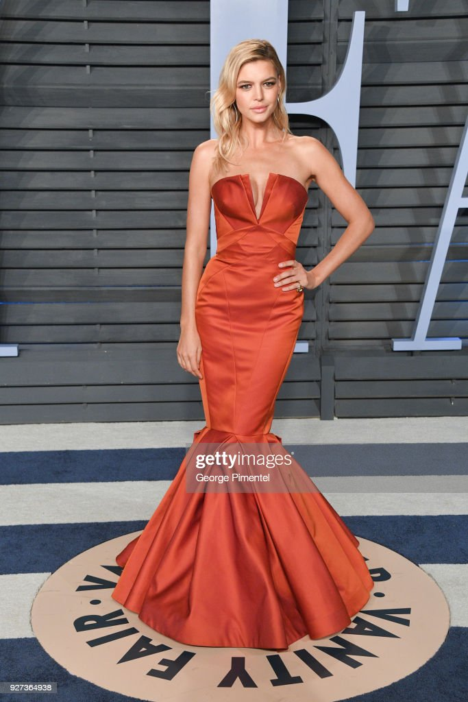 Kelly Rohrbach attends the 2018 Vanity Fair Oscar Party hosted by Radhika Jones at Wallis Annenberg Center for the Performing Arts on March 4, 2018 in Beverly Hills, California.