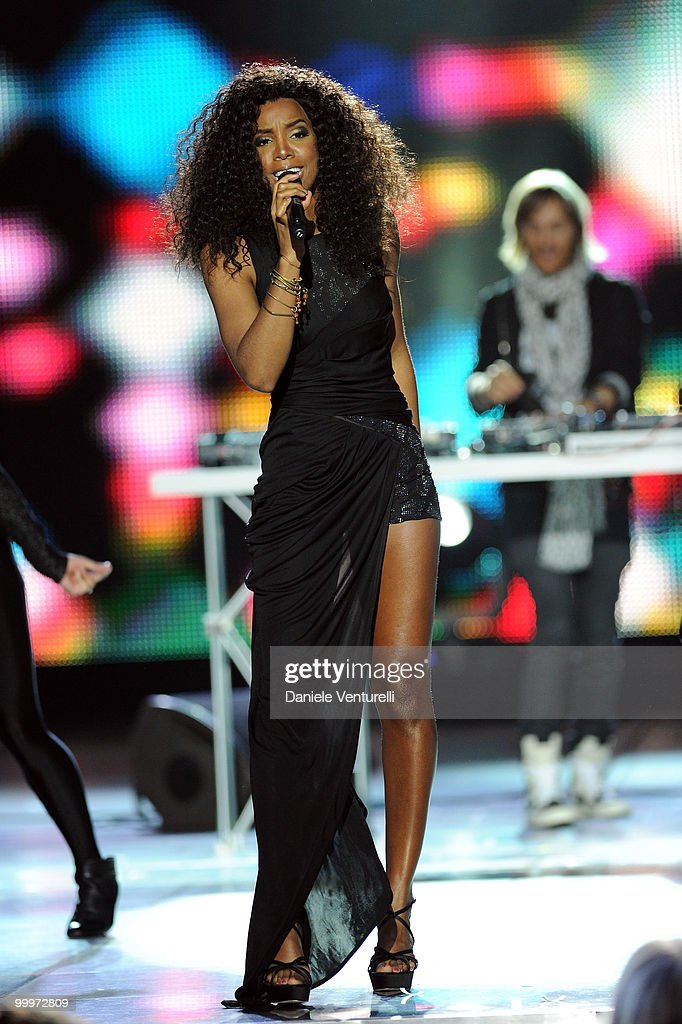 Kelly Rowland performs on stage during the World Music Awards 2010 at the Sporting Club on May 18, 2010 in Monte Carlo, Monaco.