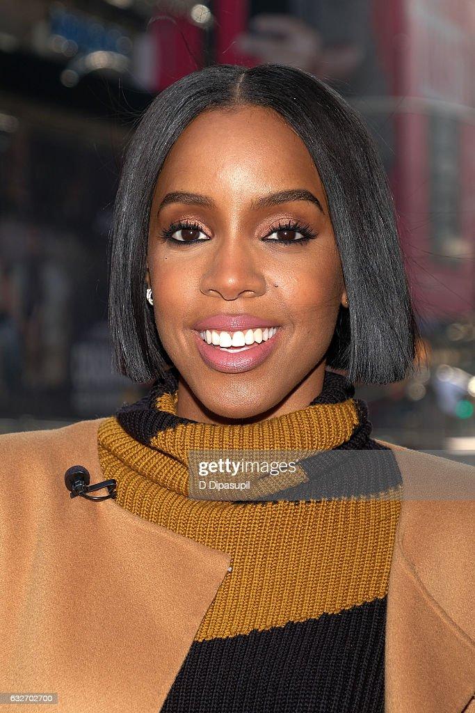 """Kelly Rowland Visits """"Extra"""""""
