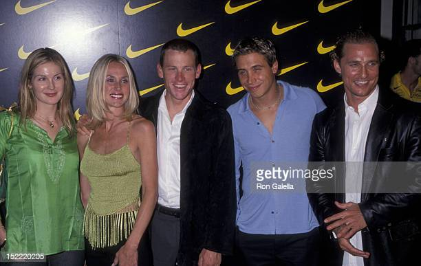 Kelly Rutherford Lance Armstrong Kristin Richard Erik Paladino and Matthew McConaughey attend the premiere of Lantana on November 6 2001 at the...