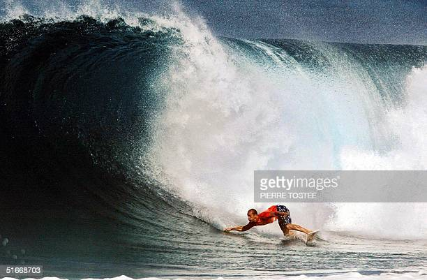 Kelly Slater of the US competes at the Banzai Pipeline on the North Shore of Oahu Hawaii during the Xbox Pipeline Masters 17 December 2002 The Xbox...