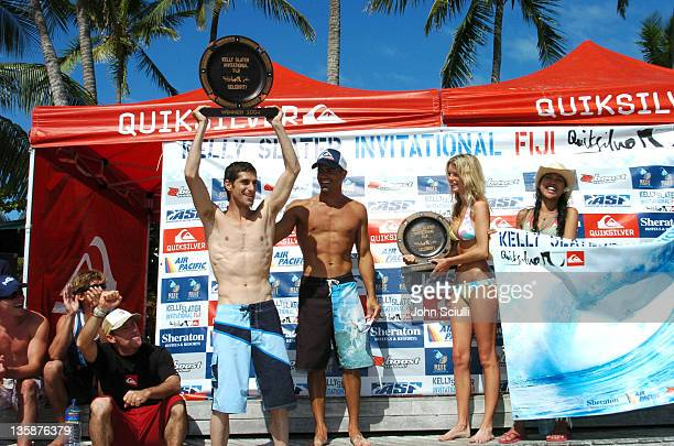Kelly Slater presents 1st Place trophy to Perry Farrell