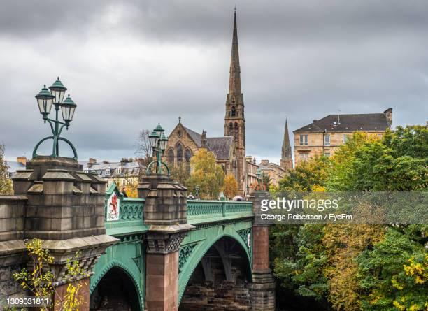 kelvin bridge and the lansdowne parish church notable for its giant spire - insignia stock pictures, royalty-free photos & images