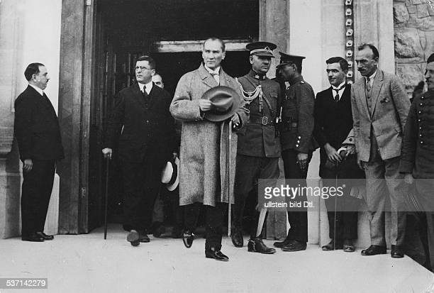 Kemal Atatuerk Politiker Tuerkei verlaesst das Abgeordnetenhaus in Ankara 1928