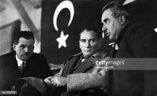 Kemal Atatuerk*12031881Politiker Tuerkei am Rande eines Pferderennens 1928