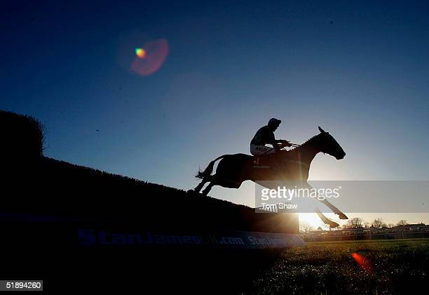 kempton park races - horse racing stock pictures, royalty-free photos & images