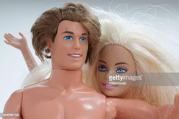 Ken und Barbie zwei Puppen auf Weiß