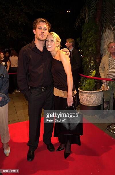 """Ken Duken, Ehefrau Marissa Duken, , nach der Premiere Kinofilm """"100 Pro"""", München, Ankunft Premierenparty, Diskothek """"P1"""", roter Teppich, umarmen,..."""