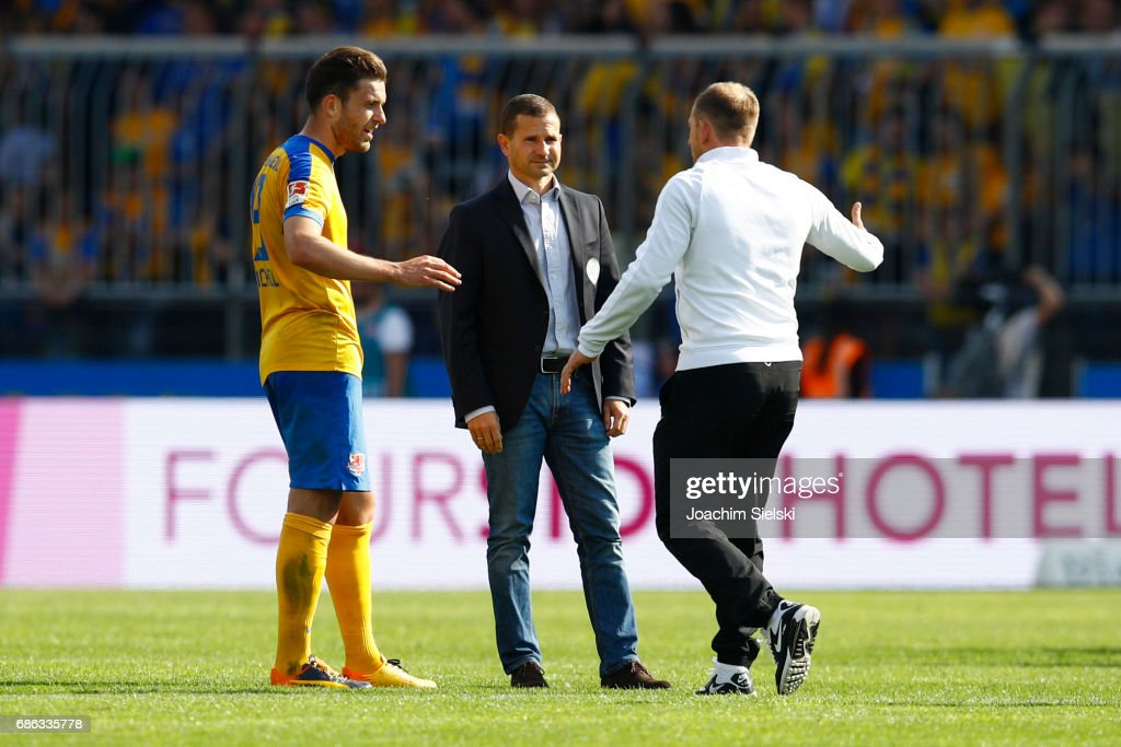 Ken Reichel, Marc Arnold and Coach Torsten Lieberknecht of Braunschweig after the Second Bundesliga match between Eintracht Braunschweig and Karlsruher SC at Eintracht Stadion on May 21, 2017 in Braunschweig, Germany.
