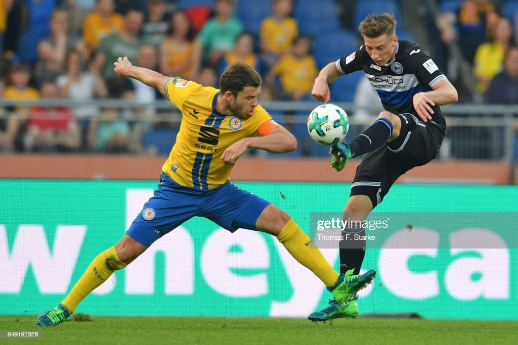Ken Reichel (L) of Braunschweig and Henri Weigelt of Bielefeld fight for the ball during the Second Bundesliga match between Eintracht Braunschweig and DSC Arminia Bielefeld at Eintracht Stadion on April 20, 2018 in Braunschweig, Germany.