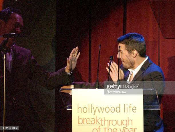 Ken Watanabe accepting the Breakthrough of the Year Award for 'The Last Samurai' from Tom Cruise