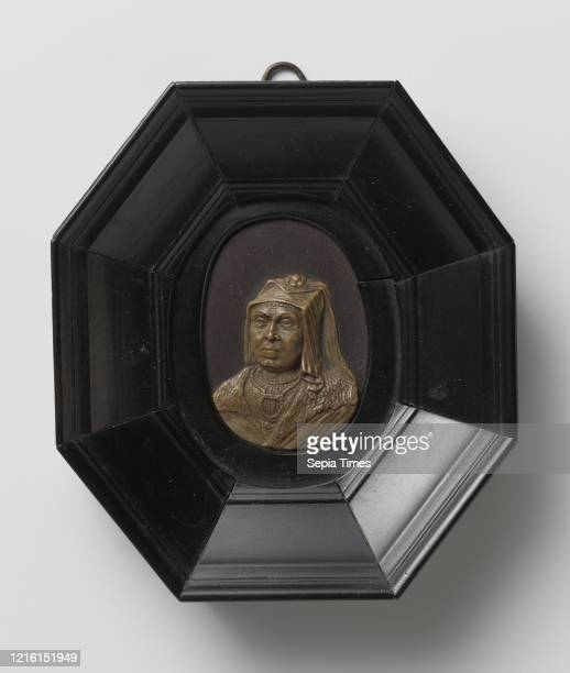 Kenau Simonsdr. Hasselaer , bust in relief of Kenau Simonsdr. Hasselaer, wife of Nanning Gerbrandsz. Chest. She is turned three-quarters to the left,...