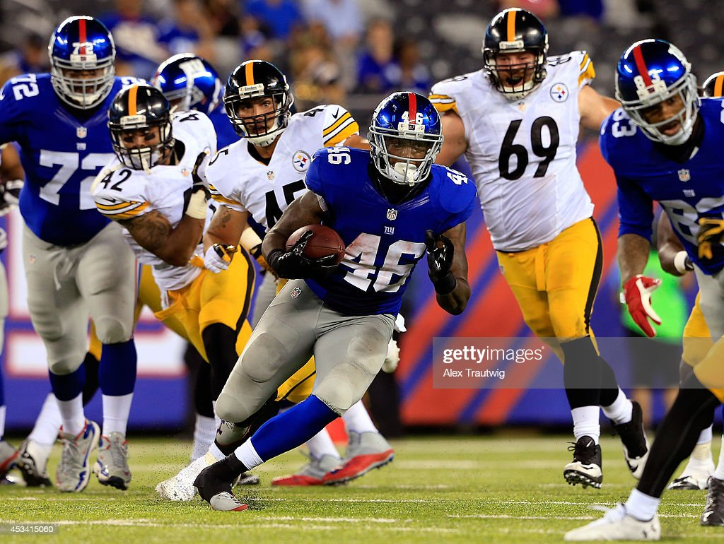 Kendall Gaskins #46 of the New York Giants runs the ball against the Pittsburgh Steelers during a preseason game at MetLife Stadium on August 9, 2014 in East Rutherford, New Jersey.