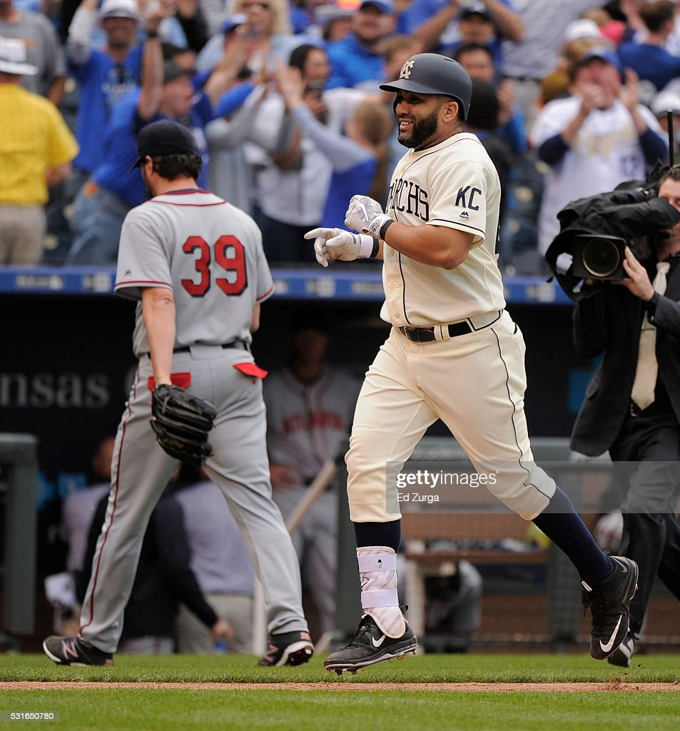 Kendrys Morales #25 of the Kansas City Royals heads home past Jason Grilli #39 of the Atlanta Braves after hitting a two-run walk-off home run in the 13th inning at Kauffman Stadium on May 15, 2016 in Kansas City, Missouri. The Royals won 4-2.