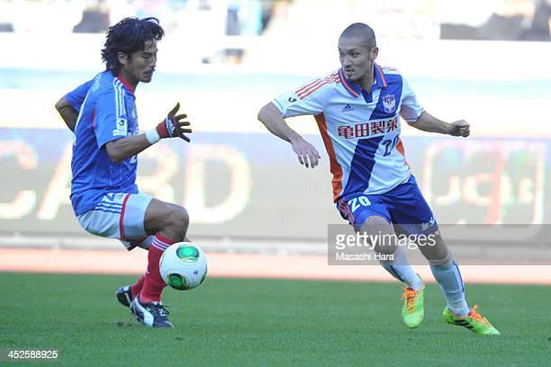 Kengo Kawamata of Albirex Nigata in action during the JLeague match between Yokohama FMarinos and Albirex Niigata at Nissan Stadium on November 30...