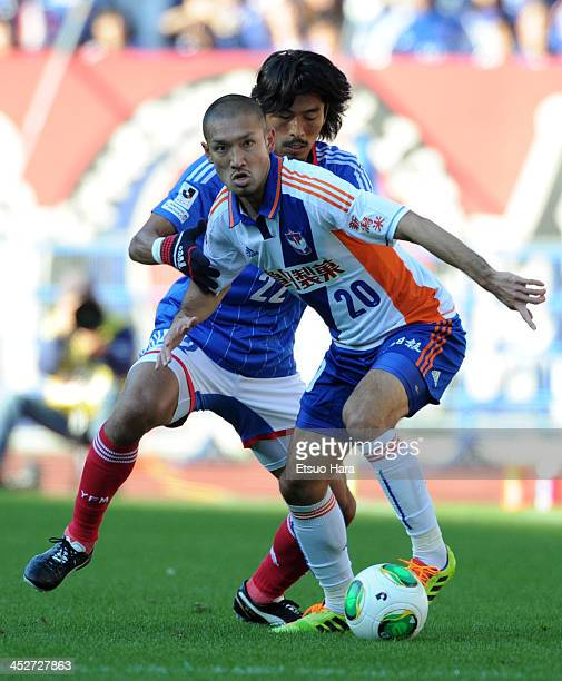Kengo Kawamata of Albirex Niigata and Yuji Nakazawa of Yokohama FMarinos compete for the ball during the JLeague match between Yokohama FMarinos and...
