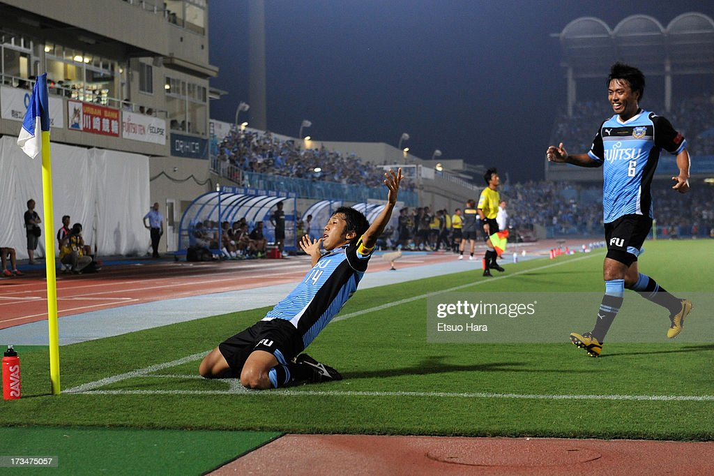 Kawasaki Frontale v Urawa Red Diamonds - J.League 2013