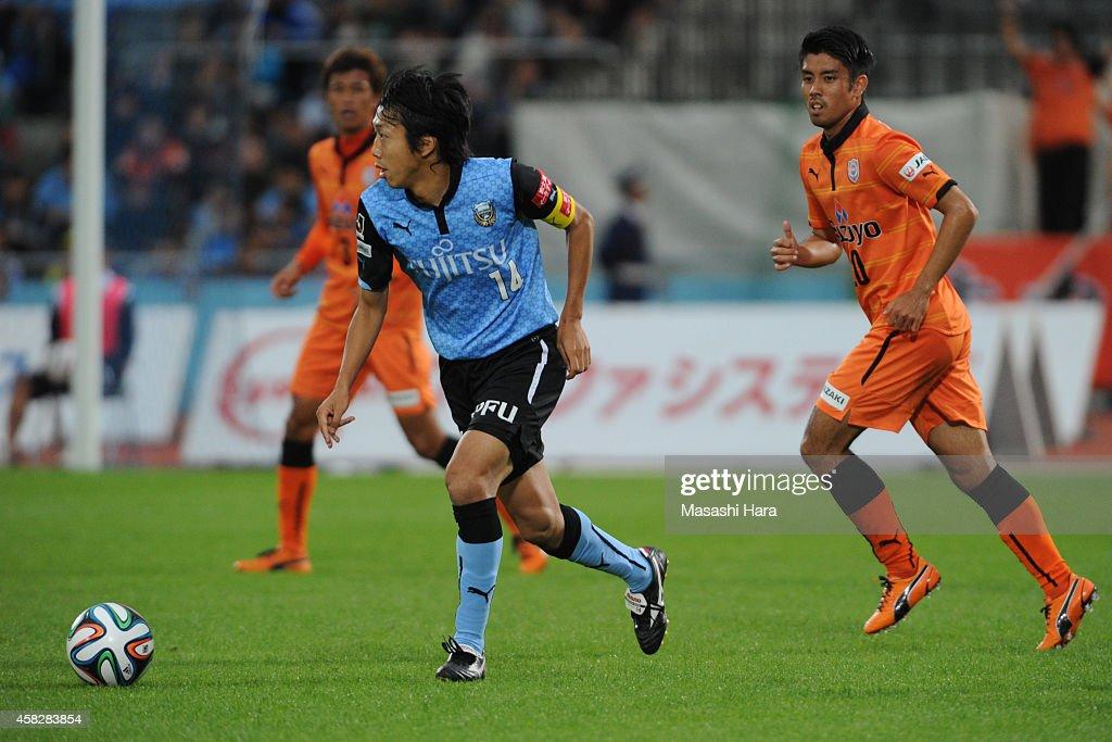 Kengo Nakamura #14 of Kawasaki Frontale in action during the J.League match between Kawasaki Frontale and Shimzu S-Pulse at Todoroki Stadium on November 2, 2014 in Kawasaki, Kanagawa, Japan.