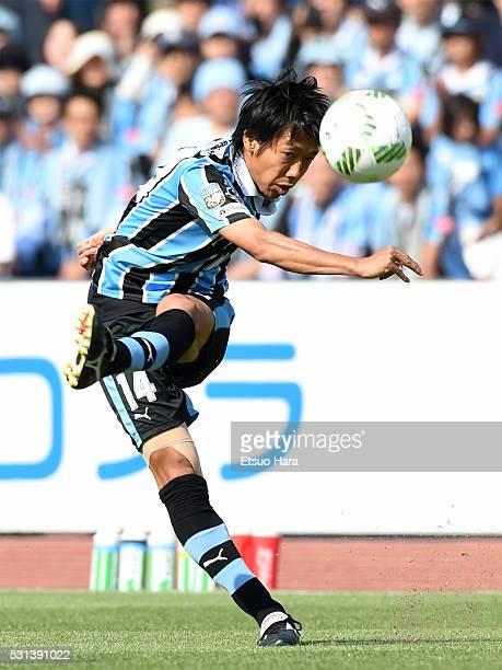 Kengo Nakamura of Kawasaki Frontale in action during the JLeague match between Kawasaki Frontale and Vissel Kobe at Todoroki Stadium on May 14 2016...