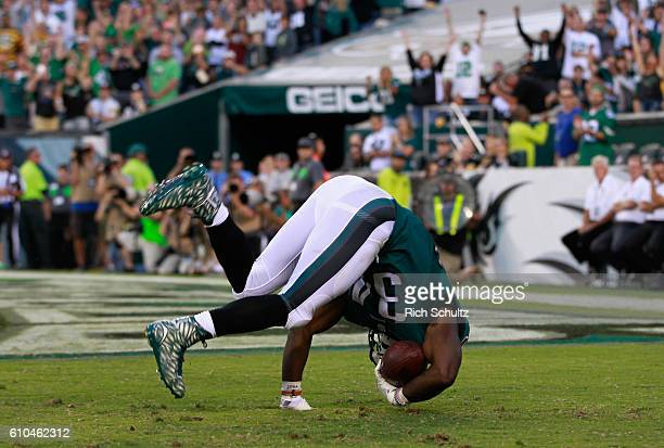 Kenjon Barner of the Philadelphia Eagles rolls into the endzone for a touchdown against the Pittsburgh Steelers in the third quarter at Lincoln...