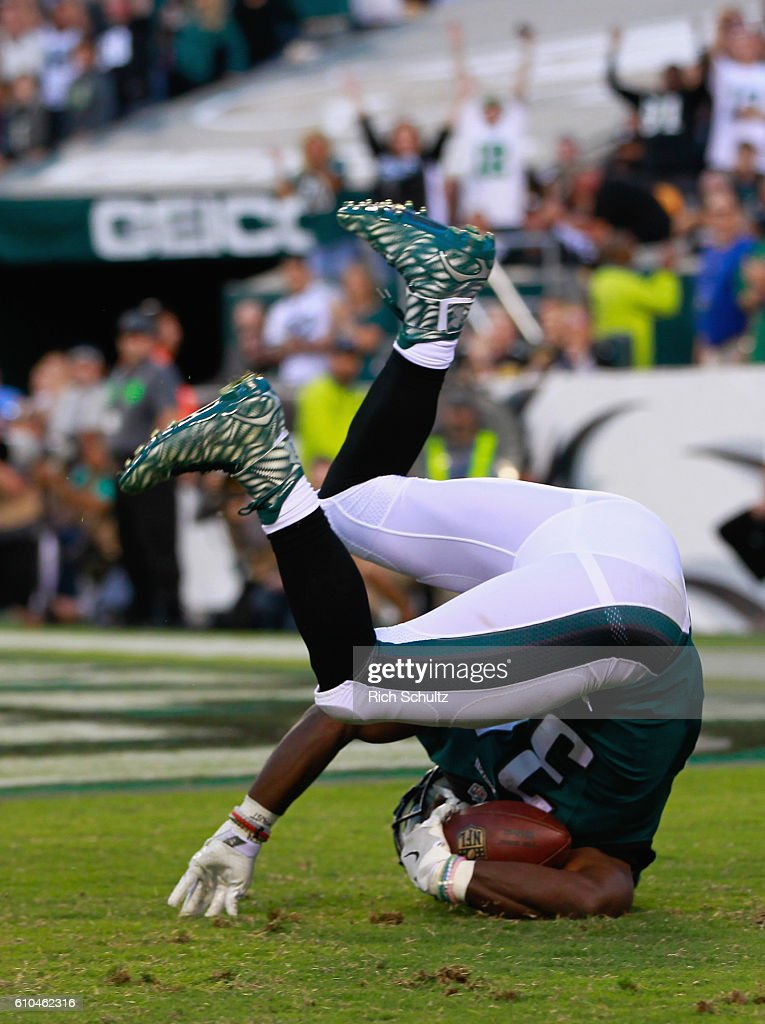 Kenjon Barner #34 of the Philadelphia Eagles rolls into the endzone for a touchdown against the Pittsburgh Steelers in the third quarter at Lincoln Financial Field on September 25, 2016 in Philadelphia, Pennsylvania.
