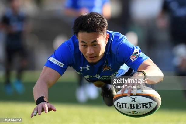 Kenki Fukuoka of the Panasonic Wild Knights dives to score his side's fifth try during the Top League match between Panasonic Wild Knights and Ricoh...