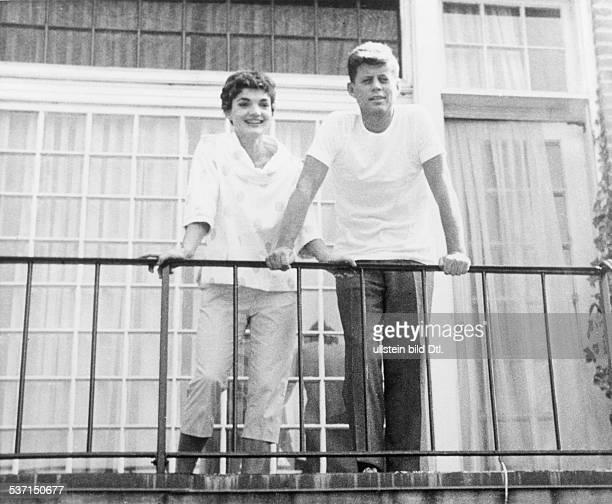 Kennedy John F * Politiker USA 35 Praesident der USA mit Ehefrau Jacqueline auf dem Balkon ihrer Wohnung 1953