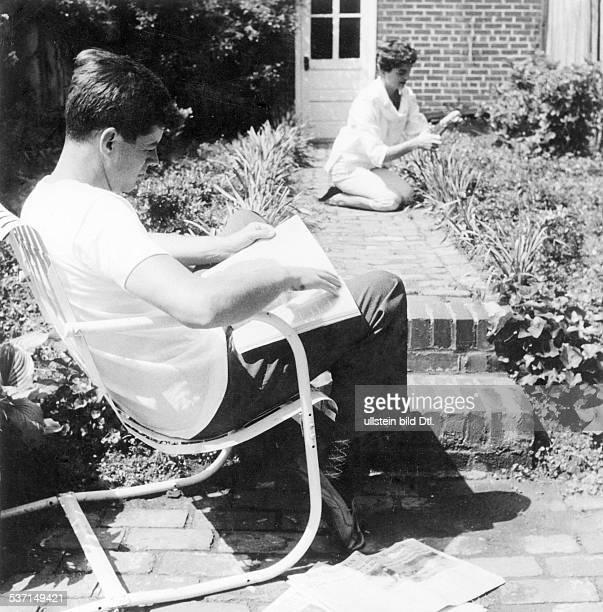 Kennedy John F Politiker USA 35 Praesident der USA mit Ehefrau Jacqueline im Garten ihres Hauses in Washington 1953