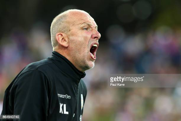Kenny Lowe head coach of the Glory shouts instructions to his players in the final minutes during the round three ALeague match between Perth Glory...