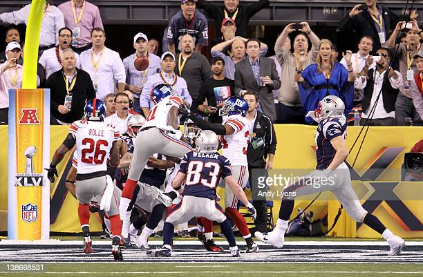 Kenny Phillips, Jacquian Williams and Deon Grant of the New York Giants break up a hail mary pass in the final seconds of the fourth quarter against...